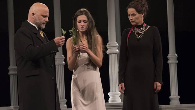 Hynek Čermák, Veronika Čermák Macková a Lenka Vlasáková v představení Hamlet na Letních shakespearovských slavnostech.
