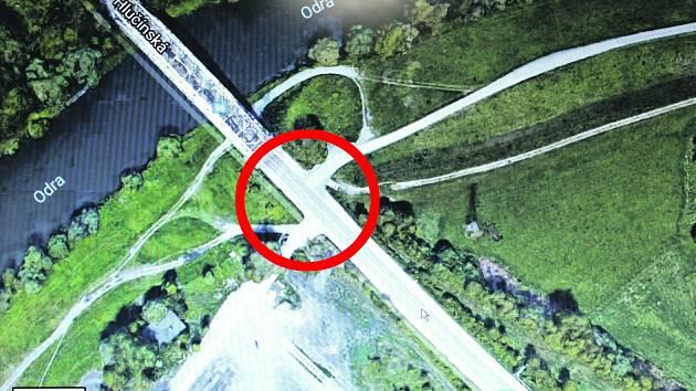V těchto místech vznikne světelná křižovatka pro napojení outletového centra na Hlučínskou ulici.