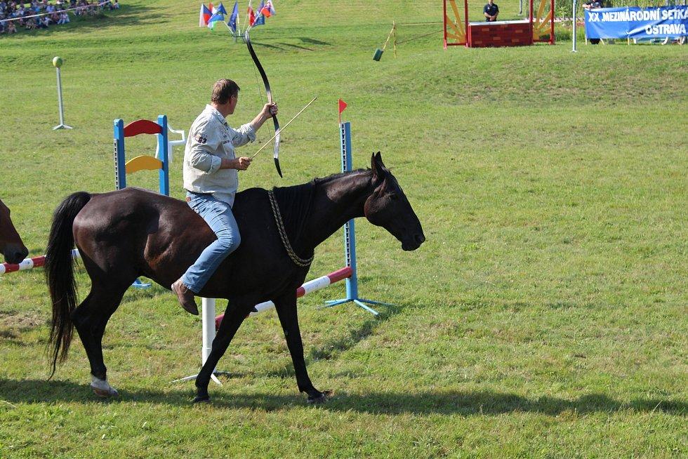 Své umění předvedl i milovník koní, herec Václav Vydra. Ukázal, že umí za jízdy střílet z luku.