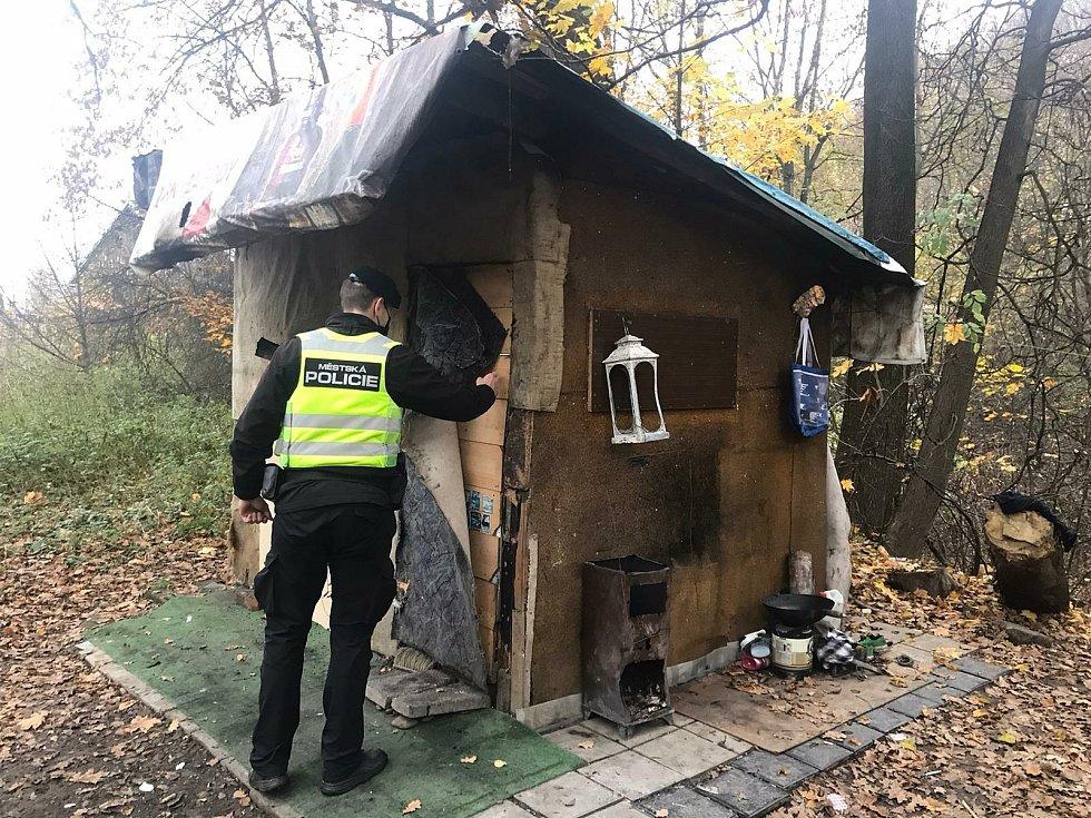 Strážníci v tomto období častěji kontrolují místa, kde žijí bezdomovci. Mimo jiné se je snaží přesvědčit, aby využili služeb sociálních zařízení.