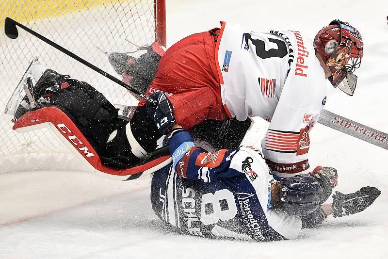 Utkání 15. kola hokejové extraligy: HC Vítkovice Ridera - Mountfield Hradec Králové, 9. listopadu 2020 v Ostravě. (zleva) brankář Hradce Králové Marek Mazanec a Jan Schleiss z Vítkovic.