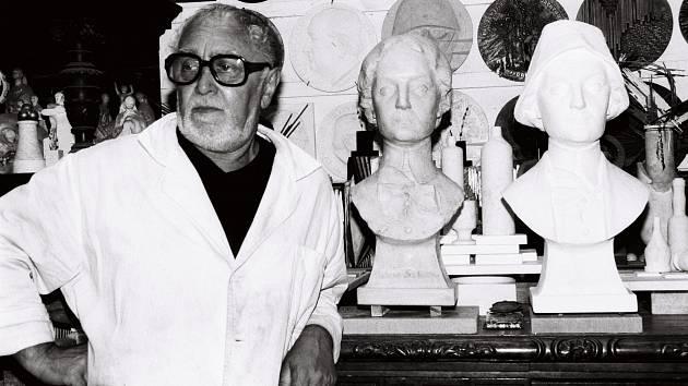 Akademický sochař Vladislav Gajda (1925–2010) ve svém ateliéru v Třebovicích v roce 2000