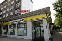 Neznámý muž kolem poledne vstoupil do pobočky Raiffeisenbank v Opavské ulici a po obsluze požadoval vydání peněz.
