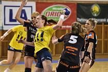 Lucie Uhráková (ve žlutém).