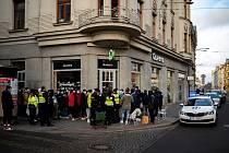 Zákazníci čekají na prodej limitované edice bot Nike Air Jordan 1 Retro High OG před prodejnou Queens na Nádražní ulici. Někteří čekali před obchodem s peřinami a židlemi přes noc. Do prodeje šlo pouze 20 kusů.