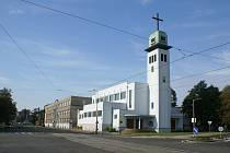 Současná podoba trojlodního kostela svatého Josefa Dělníka ve Vítkovické ulici, včetně přilehlého ústavu salesiánů Dona Bosca.