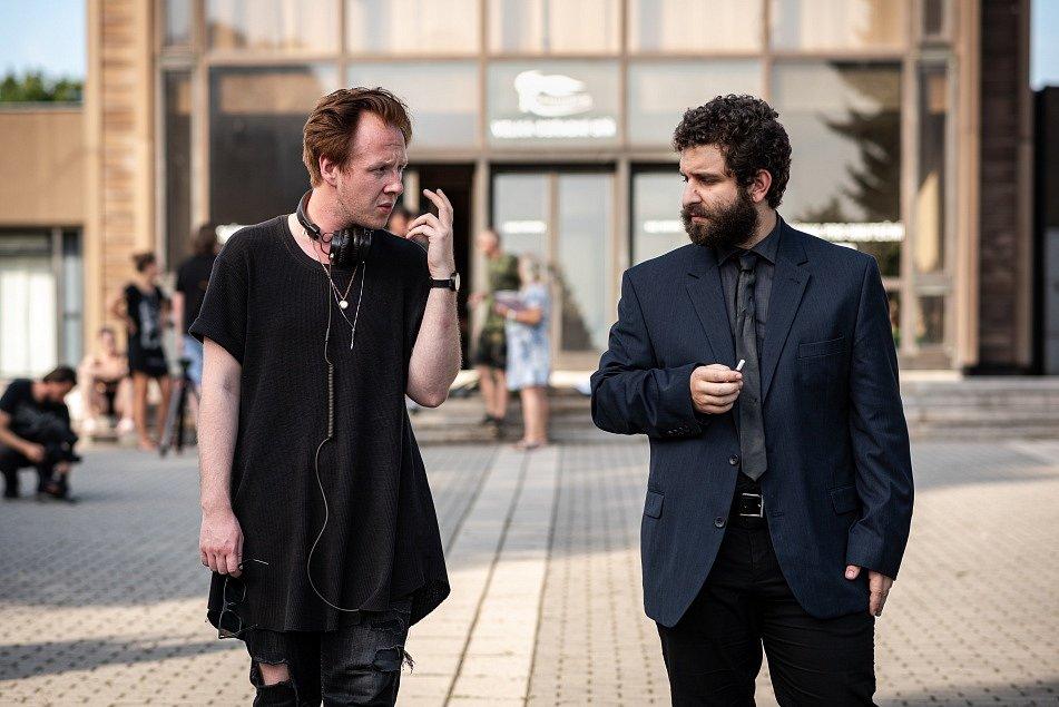 Záběr z celovečerního filmu Volným pádem, který napsal a režíroval herec a umělecký šéf divadla Štěpán Kozub - na snímku s Robinem Ferrem (vpravo).