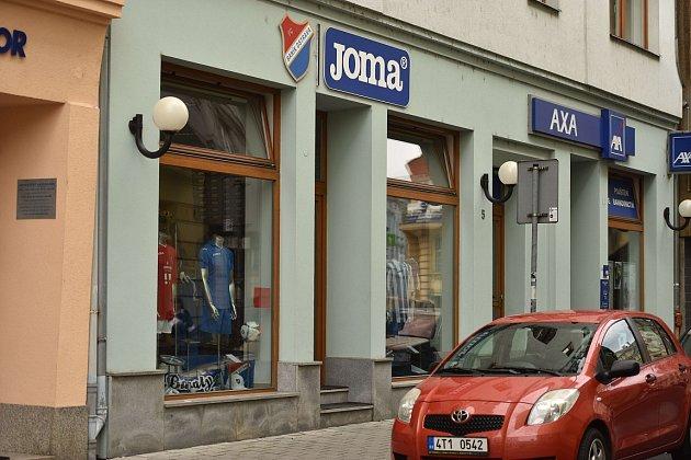 Fanshop fotbalového klubu Baníku Ostrava se vminulých dnech přestěhoval zBazalů zpátky do centra města, kde už vminulosti sídlil.