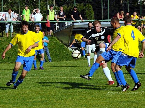 Utkání mezi Kozlovicemi (žluté dresy) a Bordovicemi rozhodl jediný gól. Ten vstřelil ve 23.minutě hostující Horák.