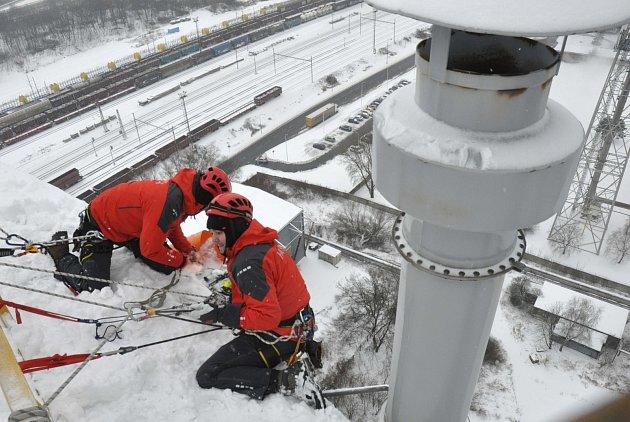 Ostravský tým hasičů-lezců trénoval záchranu osob iběhem silných mrazů.