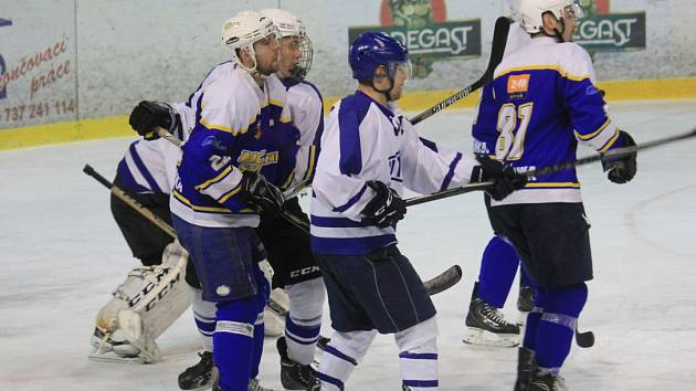 STUDÉNEČTÍ hokejisté (v modrém) skončili v letošním ročníku před branami finále.