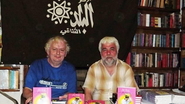 Břetislav Uhlář (vlevo) a Miroslav Sehnal při prezentaci své knihy Hodinu pod drnem v arabském překladu v Káhiře.