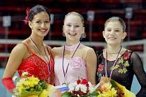 Ostravská krasobruslařka Nella Simaová (vlevo) obhájila v Třinci titul české mistryně, ale v mezinárodním souboji ji přeskočila Slovenka Ivana Reitmayerová.