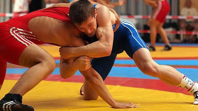Vítkovický junior Marek Barva (vpravo) na českém šampionátu zápasníků ve volném stylu v Ostravě vybojoval mistrovský titul v kategorii do 74 kg.