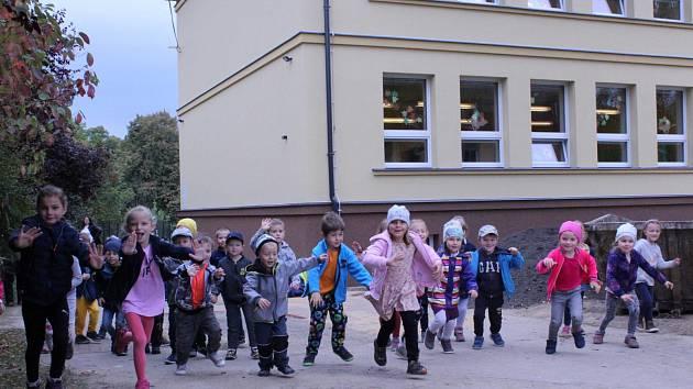 Dětí u opravené mateřské školy.