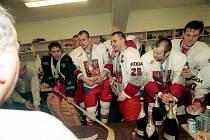 Oslava v kabině. Čeští hokejisté se radují z vítězství národního týmu, druhý zprava útočník Vladimír Vůjtek. Foto: archiv