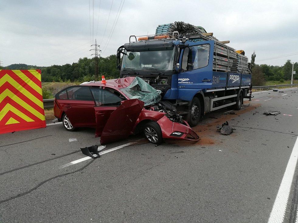 Nehoda na silnici z Orlové do Karviné, kde se srazila tři osobní auta a jedno nákladní. Jedna žena zemřela, pět dalších účastníků nehody bylo zraněno.