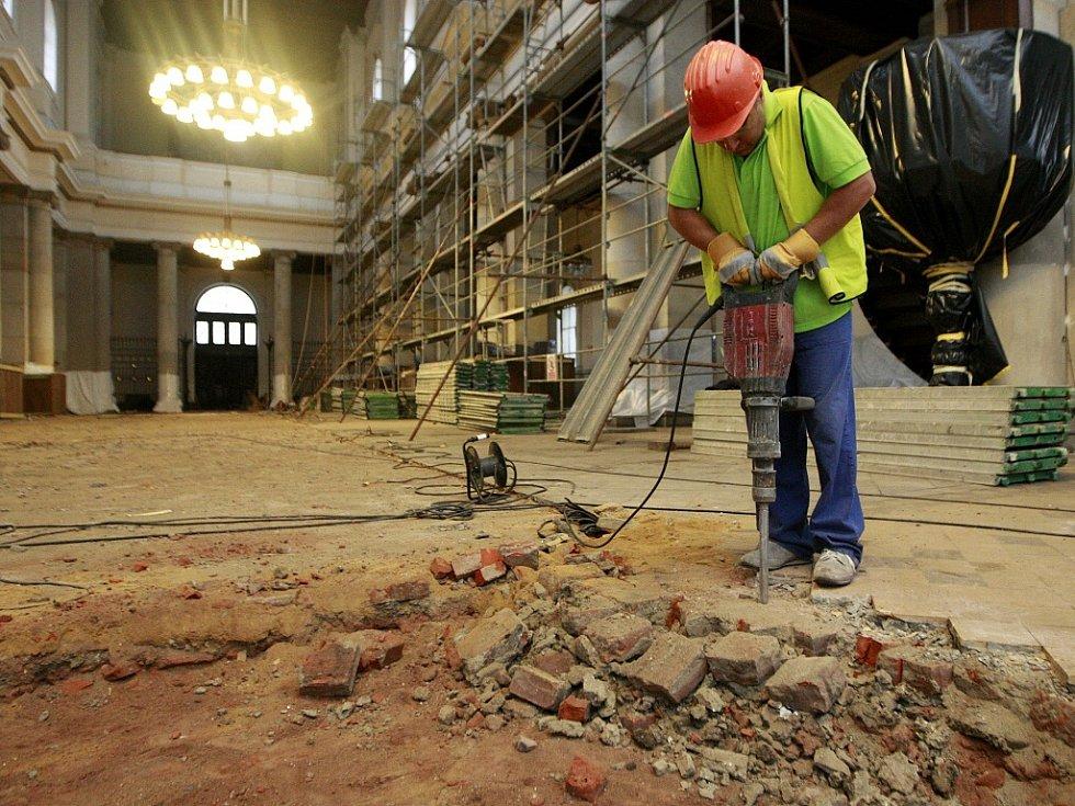 Půldruhého měsíce uplynulo od zahájení velké komplexní rekonstrukce katedrály Božského Spasitele v centru Ostravy. Proměnila se v jedno velké staveniště.