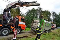 Popelářský vůz zapadlý v měkké půdě vytahovali tento týden ostravští hasiči. Stalo se tak v Šenově na Ostravsku.