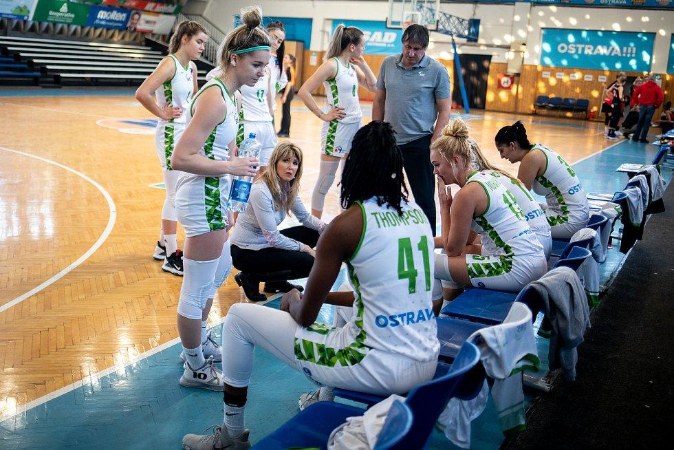 Utkání 12. kola Ženské basketbalové ligy: SBŠ Ostrava - Sokol Hradec Králové, 3. ledna 2021 v Ostravě. Trenérka Ostravy Iveta Rašková.