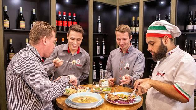 Restaurace Pizza Coloseum připravila Svatomartinskou husu, která je součástí Svatomartinských hodů, 8. listopadu 2019 v Ostravě.