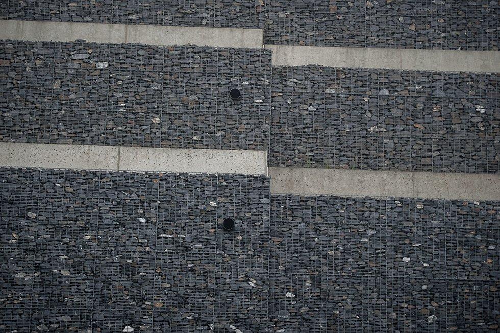 Sesunutá část gabionové stěny u silnice I/11 na Opavsku na hlavním tahu Ostrava - Opava. Snímek z 20. zaří 2017.