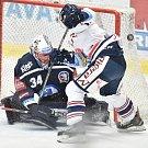 Utkání 30. kola hokejové extraligy: HC Vítkovice Ridera - HC HC Škoda Plzeň, 28. prosince 2018 v Ostravě. Na snímku (zleva) brankář Plzně Dominik Frodl a Lukáš Kucsera.