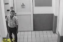 Pokud poznáte tohoto muže, dejte vědět policii. Jde o člověka, který je podezřelý z krádeže v naší redakci, na svědomí by mohl mít i další zločiny.