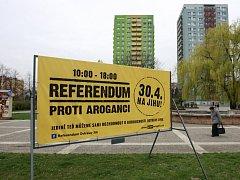 Referendum proti aroganci aneb Billboardy vyzývající voliče obvodu Ostrava-Jih, aby se 30. dubna poprvé zúčastnili místního referenda.