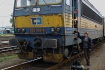 Dvousystémová lokomotiva, na které strávila celý den redaktorka Deníku. Na snímku se strojvedoucím Jirkou.