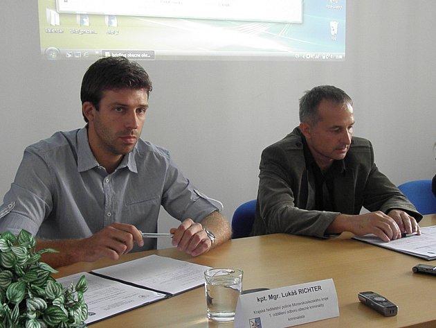 Kriminalisté Lukáš Richter (vlevo) a Antonín Řezníček informovali oobjasnění případu.