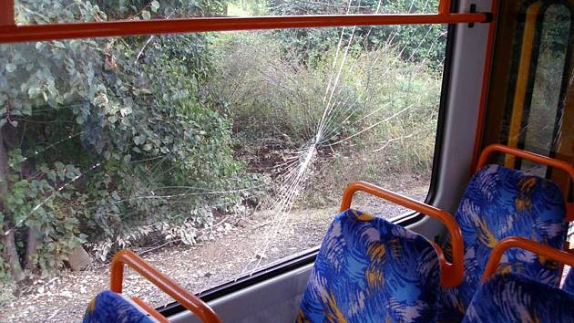 Vandal v Ostravě rozbil okno tramvaje