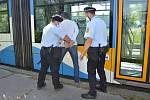 Výtečník se připravil o osm tisíc vykopnutím skla na tramvaji. K tomu jej určitě nemine pokuta.