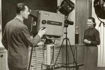 Kamrlík o rozloze 45 m². V něm jedna kamera, filmový snímač, mikrofon a světla, která studio během okamžiku rozžhavila do závratně vysokých teplot. Poprvé se z televizní stanice Ostrava vysílalo na Silvestra roku 1955.