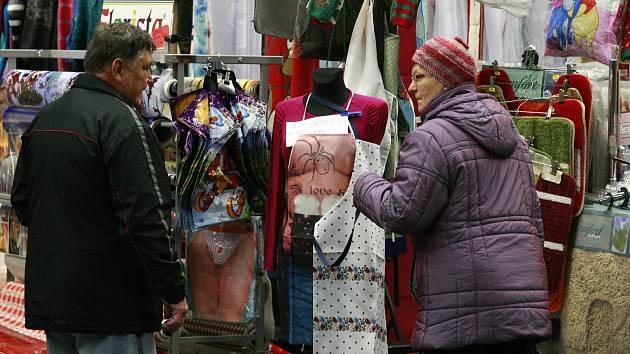 Vánoční trhy? V posledních letech spíše tržnice, říkají tamní prodejci i provozovatel haly.