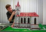 Výstava s názvem Svět fantazie z kostek obsahuje modely hradů, scény z továren, železnic, westernů i pohádek.