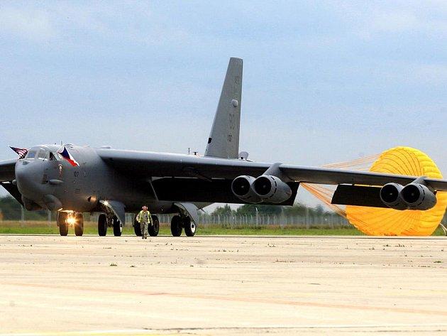 Strategický bombardovací letoun dlouhého doletu B-52.