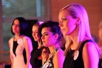 Krásné lékárnice, finalistky Miss Farmacie svou přítomností zkrášlily i společenský večer dvoudenní odborné konference farmaceutických asistentů a lékárníků v hotelu Clarion, kterou pořádala společnost Angis plus.