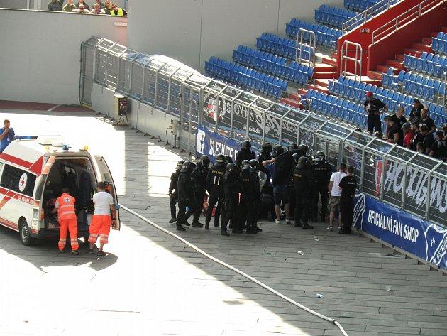 4. Přijíždí sanitka, muže si převzali zdravotníci.