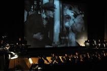 Ze sobotního koncertu Janáčkova máje, v němž se spojila živá hudba s filmovými groteskami.