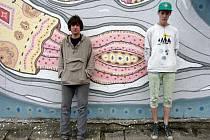 Mladí umělci Jakub Bachorík a Jan Vaněčka u své malby.