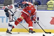 Utkání 1. kola hokejové extraligy: HC Vítkovice Ridera - HC Olomouc, 13. září v Ostravě. Na snímku (zleva) Rastislav Dej a Rostislav Olesz.