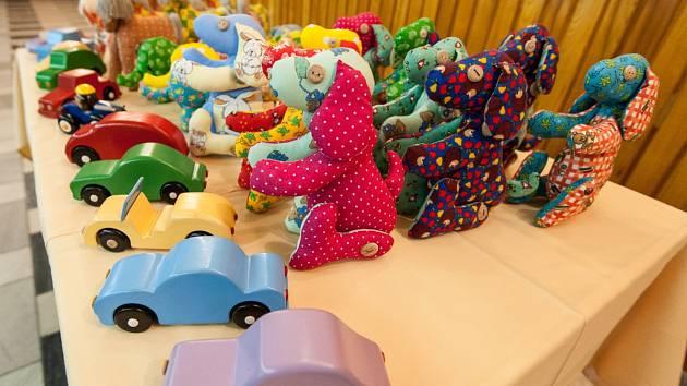 Hračky pomáhají policejním interventům v navázání kontaktu s dítětem.
