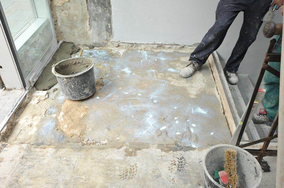 Sekat zdivo i podlahu museli v tomto týdnu v restauraci Comedor Mexicano v Zámecké ulici v centru Ostravy. Zatím neznámý pachatel totiž ve vstupu do podniku rozlil silně zapáchající kyselinu máselnou.