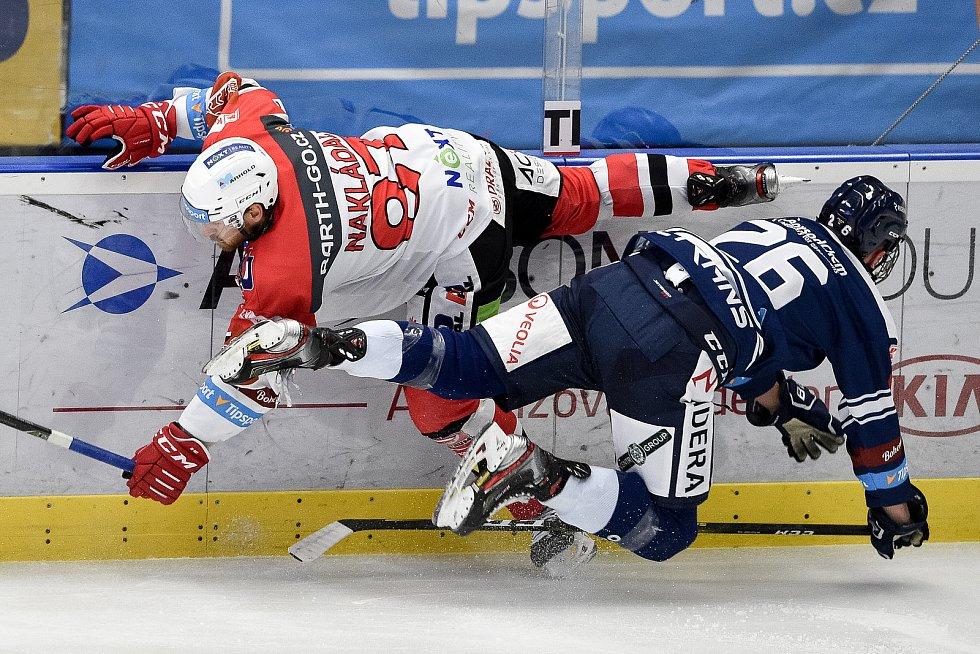 Utkání 24. kola hokejové extraligy: HC Vítkovice Ridera - HC Dynamo Pardubice, 4. prosince 2020 v Ostravě. (zleva) Jakub Nakládal z Pardubic a Martin Ryšavý z Vítkovic.