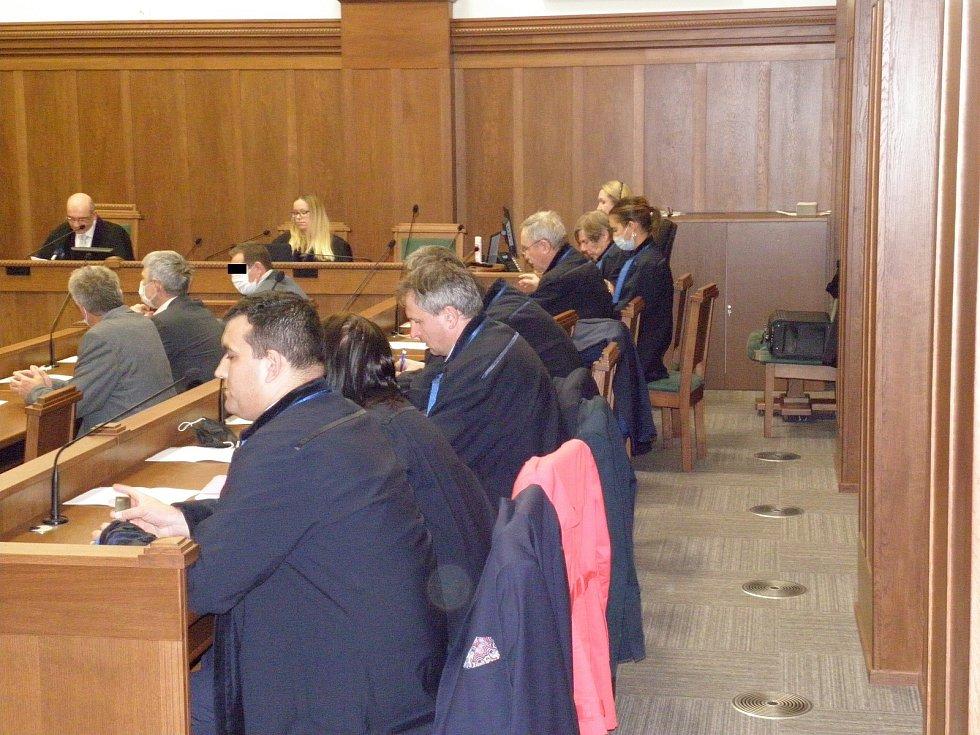 Rozhodnutí odvolacího senátu si přišli vyslechnout jen tři obžalovaní (v druhé řadě zprava).