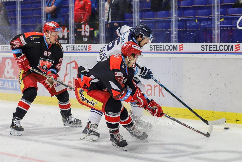 Utkání 39. kola hokejové extraligy: HC Vítkovice Ridera - Mountfield Hradec Králové, 24. ledna 2020 v Ostravě. Na snímku (zleva) Oskars Cibulskis, Patrik Miškář, Tomáš Kubalík.