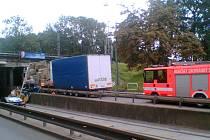 Kamion uvízlý na Hlučínské ulici v Ostravě-Přívoze