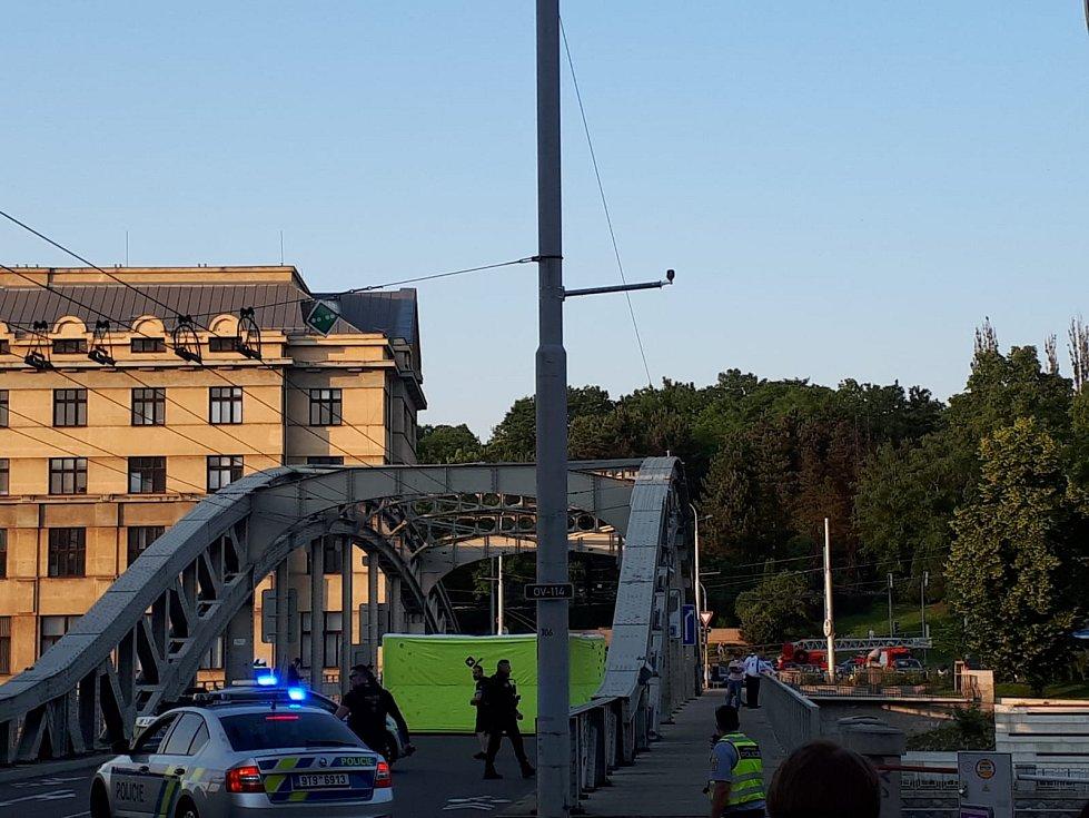 Páteční zásah v Ostravě. Muž vylezl na Sýkorův most. Hrozil sebevraždou.