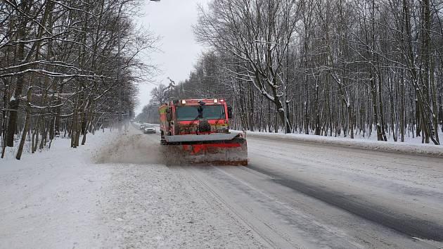 Na pomoc s odklízením pondělní sněhové nadílky ze silnic přispěchali moravskoslezští hasiči.